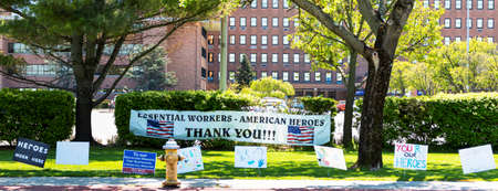 West Islip, New York, USA - 13 May 2020: Signs thanking the nurses, doctors and all essential workers in front of Good Samaritan Hospital during COVID-19 outbreak. Редакционное
