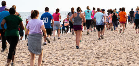 Babylon, New York, USA - 24 June 2019: Hundreds of runners are running a race on the beach as part of the New York State Parks Summer Series of races. Imagens - 153385806