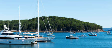 Large and small boats docked and moored in the waters of Bar Harbor Maine. Imagens
