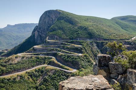 La impresionante Sierra de la Leba pasar en Angola. Las ganancias de carretera altura rápidamente durante varios serpentines.