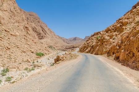 Route traversant les gorges de Todra dans les montagnes de l'Atlas au Maroc, en Afrique du Nord Banque d'images - 86440645