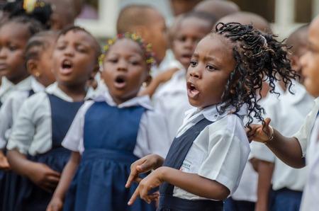 Matadi, 콩고, 아프리카에서 유치원에서 아름답게 장식 된 머리카락으로 노래하고 춤을 추는 젊은 아프리카 학교 소녀 에디토리얼
