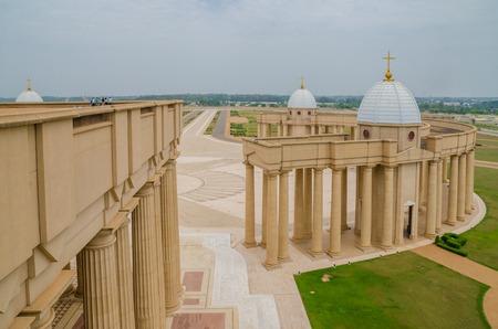 Yamoussoukro, Côte d'Ivoire - 01 Février 2014: célèbre basilique de notre Dame de la Paix, la cathédrale chrétienne africaine Banque d'images - 90048665
