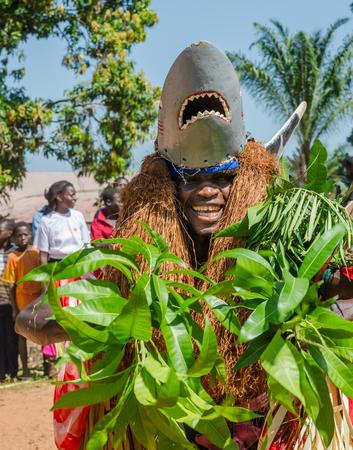 Bubaque, Guinea Bissau - 7 dicembre 2013: Uomo africano non identificato in costume tradizionale dello squalo che fa danza rituale Editoriali