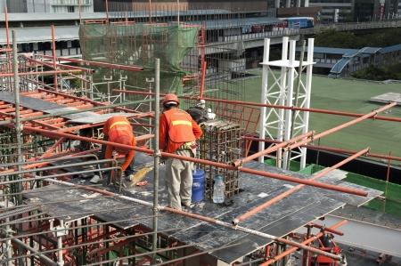 labor erect slab form at construction site Banco de Imagens