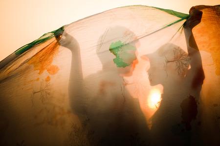 novios besandose: Sombra de pareja besándose. Sol toma caliente.