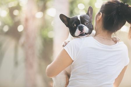 Franse bulldog is schattig meisje zoenen. Ze voeren op een hond.