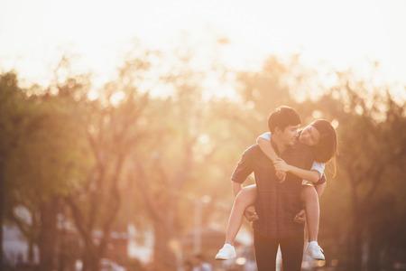 chillen: Girlfriend Rückfahrt von Freund. Verbinden Sie die Entspannung im Garten am Abend. Sonnenschein macht warm und ihnen Glück.