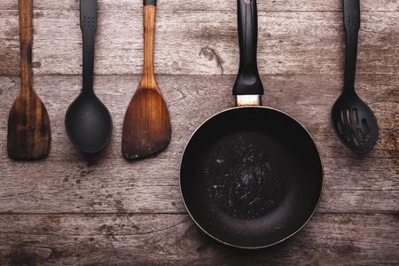 ustensiles de cuisine: Vieux ustensiles de cuisine sur fond de bois. Banque d'images