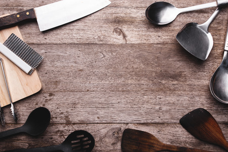Vieux ustensiles de cuisine sur fond de bois. Banque d'images