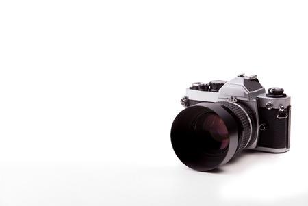 分離の白い背景の上のビンテージ カメラ。