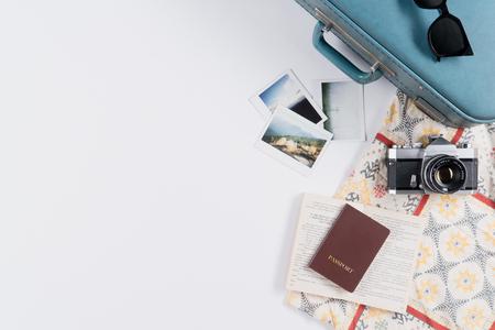 플랫 누워 및 복사 공간 빈티지 가방 및 흰색 배경에 인스턴트 영화와 액세서리. 스톡 콘텐츠