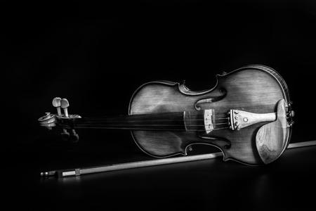 classical music: Viool orkest muziekinstrumenten die op zwarte Klassieke muziek instrument