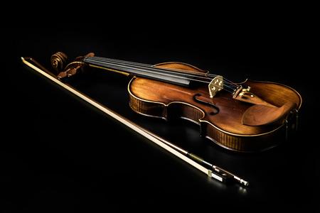 classical music: Viool orkest muziekinstrumenten geïsoleerd op zwart. Klassieke muziek instrument Stockfoto