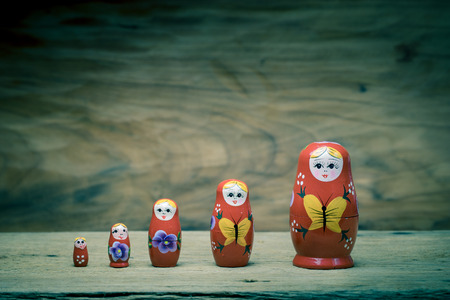 muñecas rusas: Matryoshka, una muñeca de madera rusa en mesa de madera