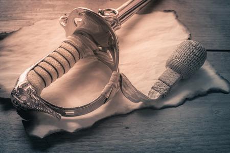 quemadura: espada de caballero en papel quemadura