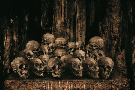 sacrificio: Pila de cráneos humanos en la mesa de piedra para el sacrificio con la cera de oro y una vela