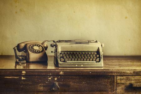 maquina de escribir: Vintage máquina de escribir, teléfono, en la mesa de la foto desaturado Foto de archivo