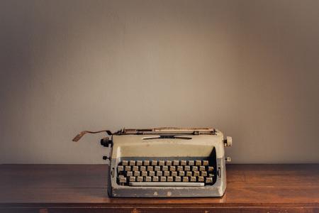 maquina de escribir: M�quina de escribir de la vendimia en la mesa