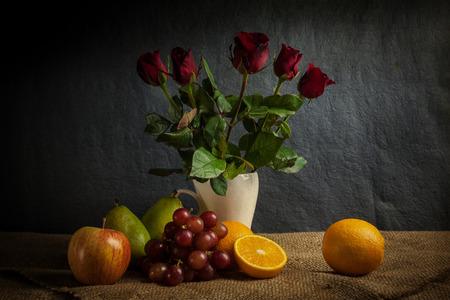 cestas de frutas: Todavía fruta de la vida, pantalla fruta fresca en la cesta de madera y un lugar en tela de saco