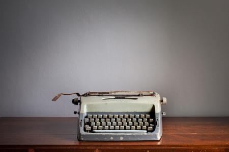 the typewriter: M�quina de escribir de la vendimia en la mesa