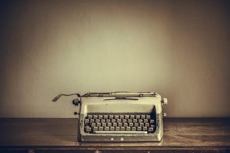 maquina de escribir: Máquina de escribir de la vendimia en la mesa
