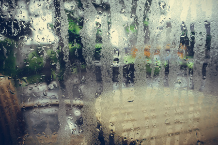 condensation: Las gotas de agua de la condensación casa en una ventana Foto de archivo