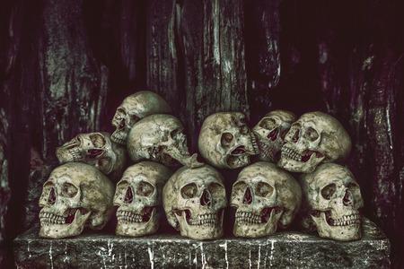 sacrificio: Pila de cr�neos humanos en la mesa de piedra para el sacrificio con cera de oro y una vela Foto de archivo
