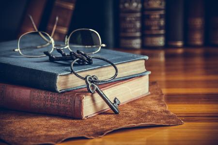 libros viejos: Pila de libros antiguos, estilo vintage