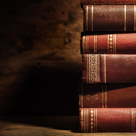Pila di vecchi libri con copyspace Archivio Fotografico - 40959900