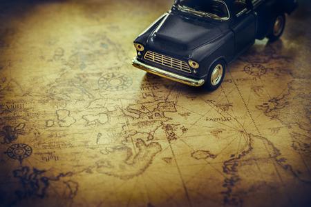 mapa del tesoro: Un juguete viejo cami�n en un fondo de mapa del tesoro