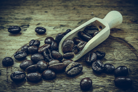 wooden scoop: Coffee beans in wooden scoop