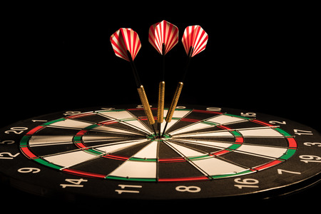 darts arrows in the target center Banque d'images