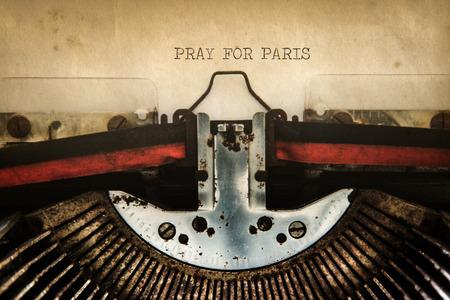 """maquina de escribir: Las palabras """"Pray for Paris"""" en el papel viejo en la cosecha de escribir Foto de archivo"""
