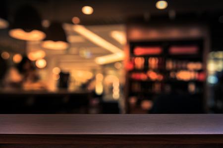 Lege top van houten tafel of teller op een cafetaria, bar, coffeeshop achtergrond. Voor product-display Stockfoto
