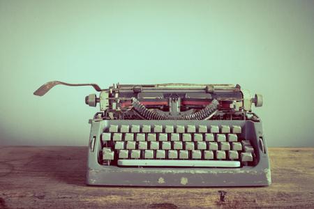 maquina de escribir: Todavía vida con la vieja máquina de escribir en la mesa de madera