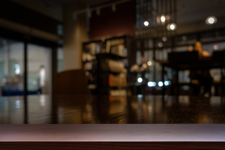 Vuoto superiore del tavolo di legno o di contatore sul caffetteria, bar, caffetteria sfondo. Per la visualizzazione del prodotto Archivio Fotografico - 53442058