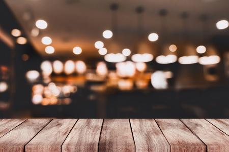 rozmyte tło z baru i ciemnobrązowy miejsca na biurku drewna retro