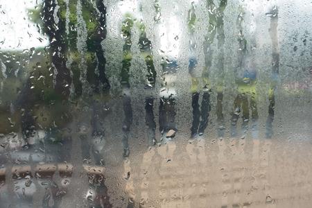 Water druppels van thuis uit condensatie op een venster Stockfoto