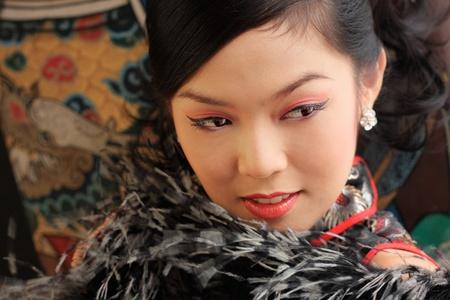 flores chinas: Se�orita en negro traje tradicional de China, Tailandia. Foto de archivo