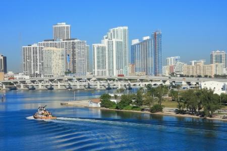 米国、フロリダ州マイアミで海にヨット船。