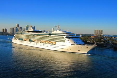 Urlaubstag in Miami mit lustigen Schiff. Standard-Bild - 11691176