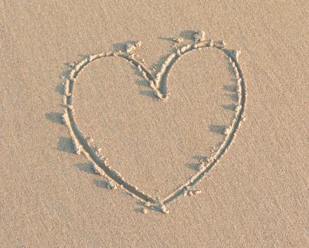 silhouette coeur: En forme de coeur sur le sable