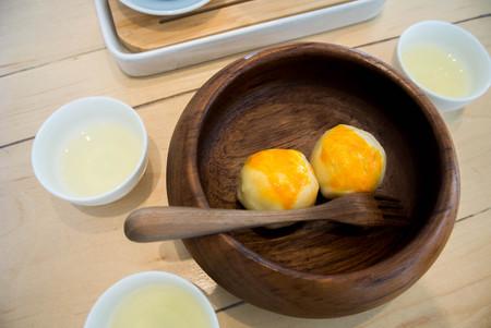 Egg yolk shortcake with oolong tea