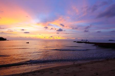 美しい熱帯の海の夕日