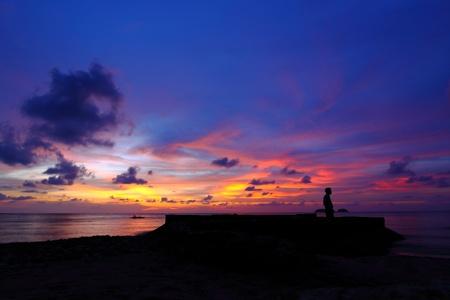 hombre solitario: Precioso atardecer en el mar tropical