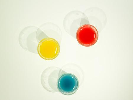color in: de color verde, azul, rojo en la copa Foto de archivo