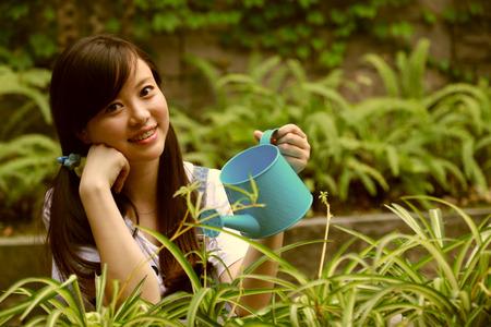 ni�as chinas: Ni�as chinas jardinero riega