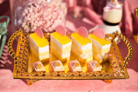 dessert plate: Piatto da dessert d'oro