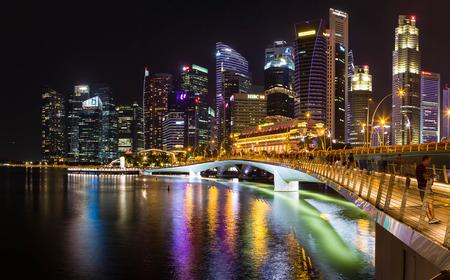 Asien Singapur Skyline von Singapur und Jubilee Bridge bei Nacht
